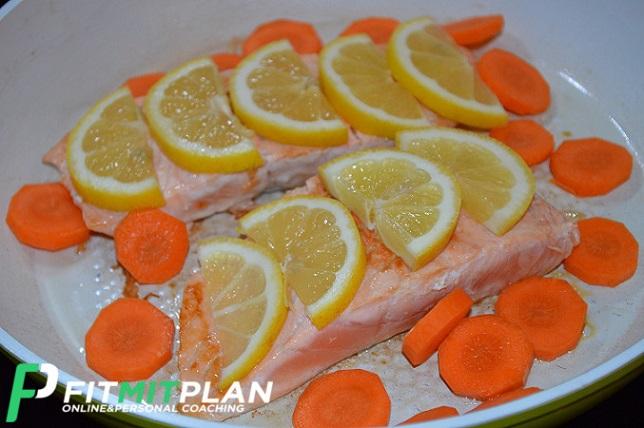 Zubereitung Lachsfilet mit Erbsenmus und Zitronenscheiben in der Pfanne